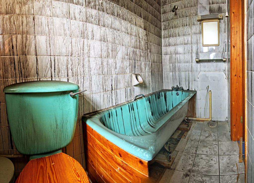 2013.06.08 - Abandoned Hotel in Wroxham - Bathroom