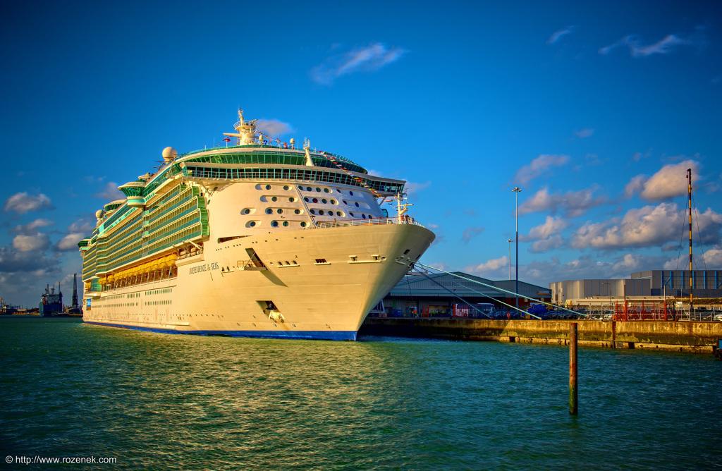 2014.11.01 - Mayflower Park in Southampton - Cruise Ship - HDR-01